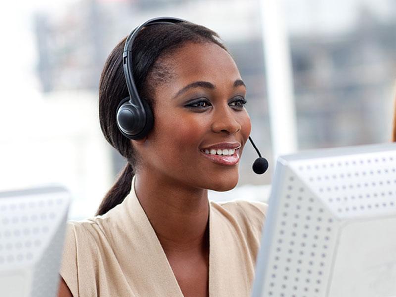 Il y a des éléments négatifs dans un centre d'appels comme le stress, mais, ce secteur offre surtout plein d'avantages comme une évolution rapide de carrière.