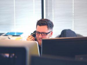 Même quand les temps sont durs, les entreprises doivent appliquer des stratégies, comme le contact permanent, afin de conserver une relation au beau fixe.